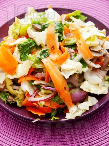 Градинарска салата от айсберг, моркови, чушки и мариновани гъби - снимка на рецептата